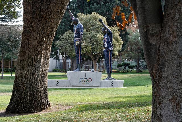 """""""Tommie Smith - John Carlos statue"""" Estatua erigida en conmemoración de aquel momento histórico de reivindicación de derechos. Situada en el campus de la Universidad Estatal de San José. Albert vía Flickr (CC BY-NC 2.0)"""