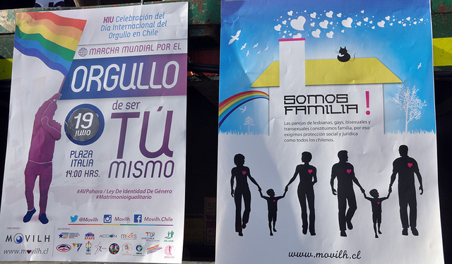 Pancartas que se exhibían durante la primera marcha por la adopción homoparental en Chile. Movilh Chile vía Flickr (CC BY-NC-ND 2.0)