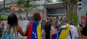 """""""Protesta en Caracas 2015"""" Carlos Díaz vía Flickr (CC BY 2.0) - Manifestantes invitan a la protesta a un grupo de personas que hacen largas colas para poder comprar productos básicos."""
