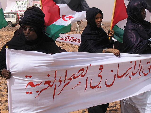 Mujeres saharauis protestan contra el muro de la vergüenza - Western Sahara vía Flickr