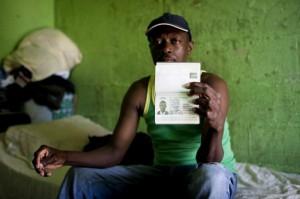Un hombre muestra el pasaporte que pudo obtener gracias a la ayuda de una ONG - AcnurLasAméricas vía Flickr