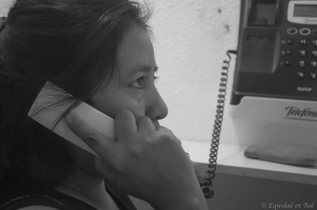Madre guatemalteca se comunica con los suyos desde un locutorio - Foto: Heine González Morales