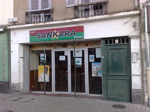Fachada del Café Sankara de Bayona, Francia, en homenaje al líder burkinés. Adrar vía Wikipedia (CC BY-SA 3.0)