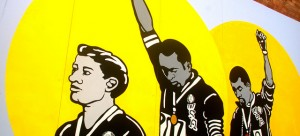 """Aussie Peter Norman, and African American athletes Tommie Smith and John Carlos in a mural in Burnett Lane, Brisbane"" Rae Allen vía Flickr (CC BY 2.0)"