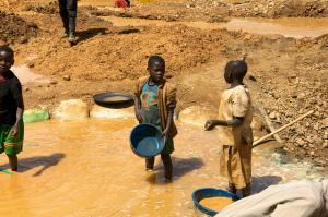 Niños menores de 11 años trabajando en las minas del Este del Congo - ENOUGH Project vía Flickr (CC BY-NC-ND 2.0)