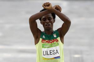 """""""O etiópe Feyisa Lilesa, na Rio 2016"""" Jeso Carneiro vía Flickr (CC BY-NC 2.0)"""