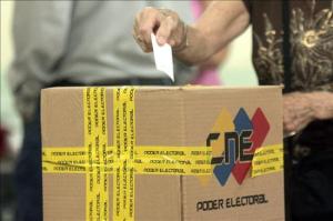 Una persona deposita su voto durante las últimas elecciones parlamentarias Globovisión vía Flickr (CC BY-NC 2.0)