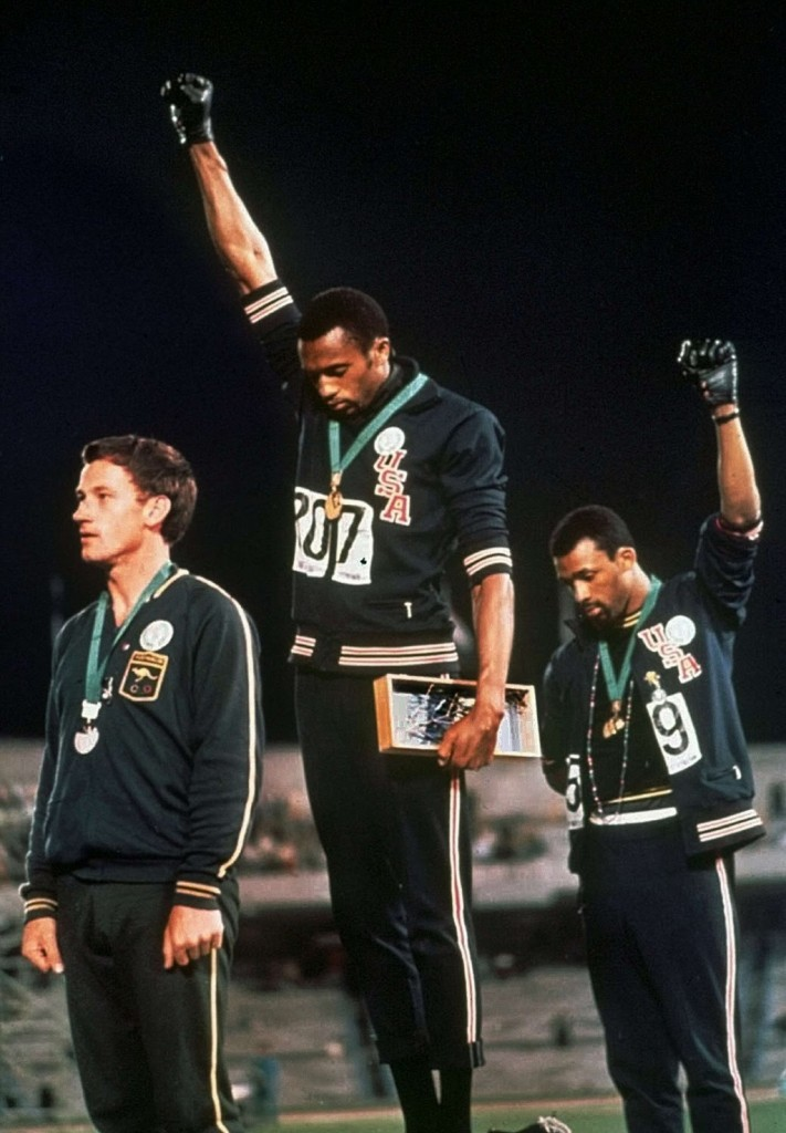 El momento en que ocurrió aquel gesto histórico, durante la ceremonia de entrega de medallas de los 200 metros de las olimpiadas de México de 1968.