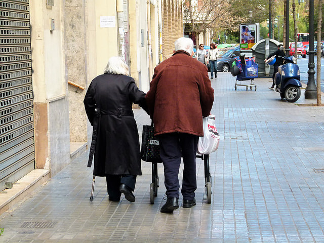 """Jóvenes ancianos paseando"" Antonio Marín Segovia vía Flickr (CC BY-NC-ND 2.0)"