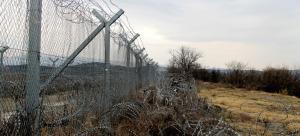 Valla del paso fronterizo de Idomeni, que limita Grecia con Macedonia. Foto: Antonio Trives.